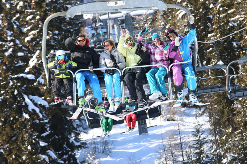 Ski-in, ski-out accommodation Peisey-Vallandry - people wave from the ski lift